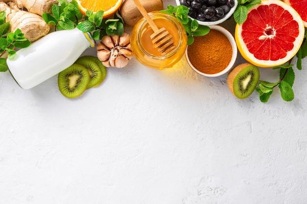 Ustaw Warzywa I Owoce, Aby Wzmocnić Układ Odpornościowy. Premium Zdjęcia