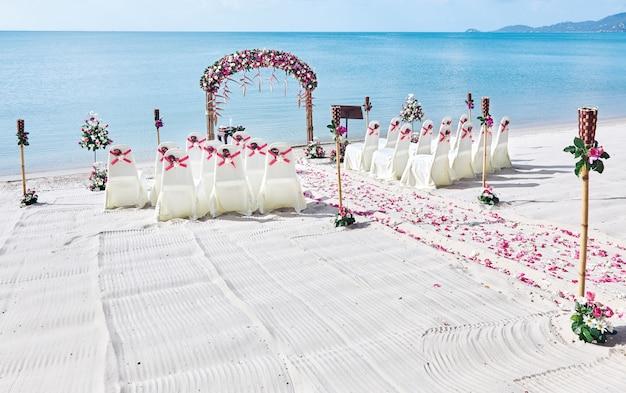 Ustawienia Miejsca ślubu Na Plaży, Bukiet Róż Płatek Na Przejściu Premium Zdjęcia