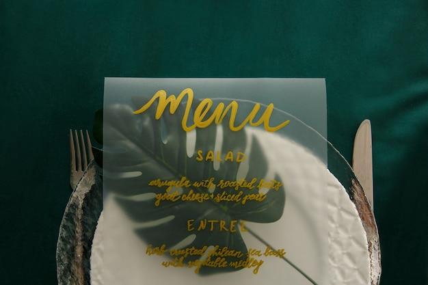 Ustawienie Menu Na Zielonym Stole. Obiad Premium Zdjęcia