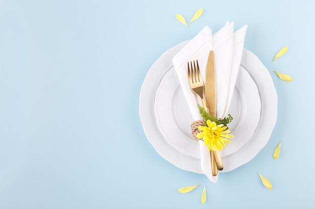 Ustawienie Stołu Wiosennego Lub Wielkanocnego Premium Zdjęcia