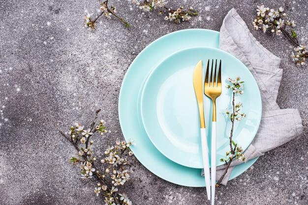 Ustawienie Stołu Wiosennego Z Gałęzi Kwitnących Premium Zdjęcia