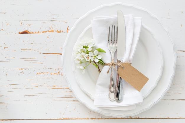 Ustawienie Stołu Wiosna Z Białych Kwiatów Premium Zdjęcia
