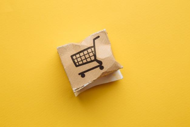 Uszkodzone Pudełko Papierowe Na żółtym Tle. Koncepcja Dostawy. Wypadek Podczas Transportu. Premium Zdjęcia