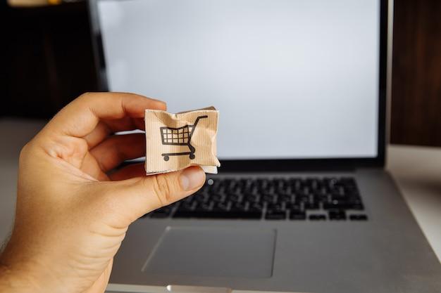 Uszkodzone Pudełko Papierowe W Męskiej Dłoni. Koncepcja Zakupów, Obsługi I Dostawy Online. Premium Zdjęcia