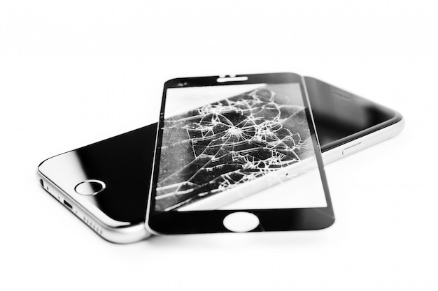 Uszkodzony Telefon Na Białym Tle Premium Zdjęcia
