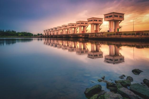 Utho Wipat Prasit śluzy O Zachodzie Słońca W Pak Phanang, Nakhon Si Thammarat, Tajlandia. Premium Zdjęcia