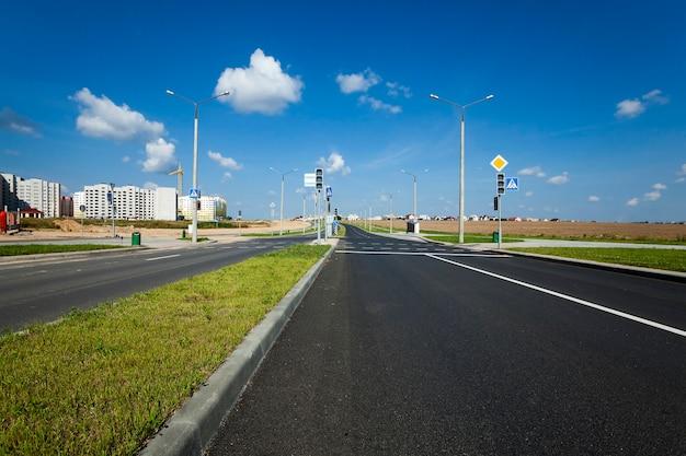 Utwardzona Droga Prowadząca Na Plac Budowy, Na Którym Powstają Wielokondygnacyjne Domy Premium Zdjęcia