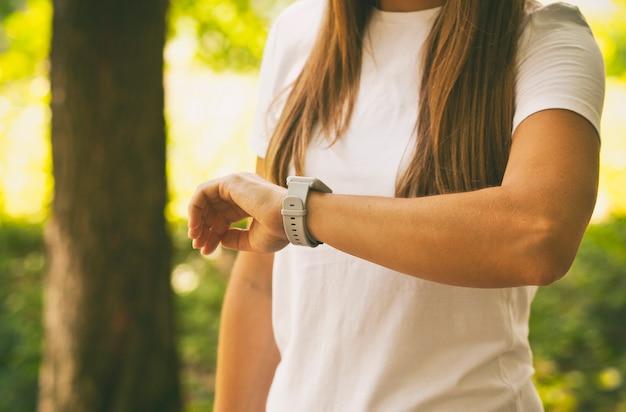 Uważaj Na Rękę Kobiety Premium Zdjęcia