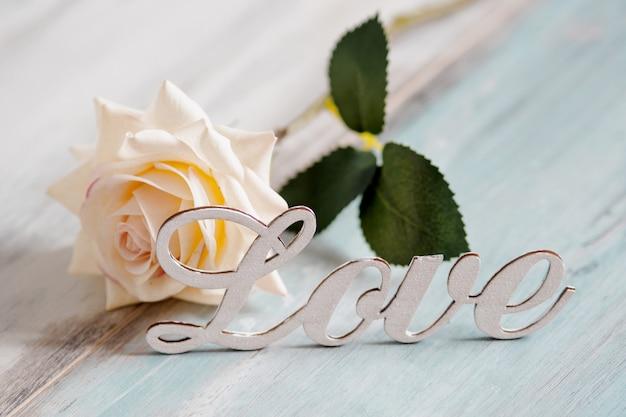 Uwielbiam Tekst Z Białą Różą. Koncepcja Valentine Premium Zdjęcia