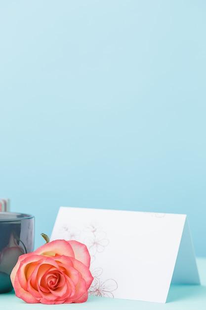 Uwielbiam Tło Z Róż, Kwiaty, Prezent Na Stole Darmowe Zdjęcia