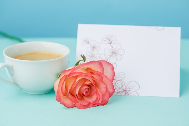 Uwielbiam Tło Z Różowe Róże, Kwiaty, Prezent Na Stole Darmowe Zdjęcia