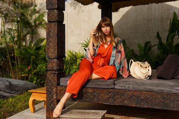 Uwodzicielska Stylowa Kobieta W Cygańskich Letnich Ubraniach Pozuje W Tropikalnym Luksusowym Kurorcie. Koncepcja Wakacji. Darmowe Zdjęcia