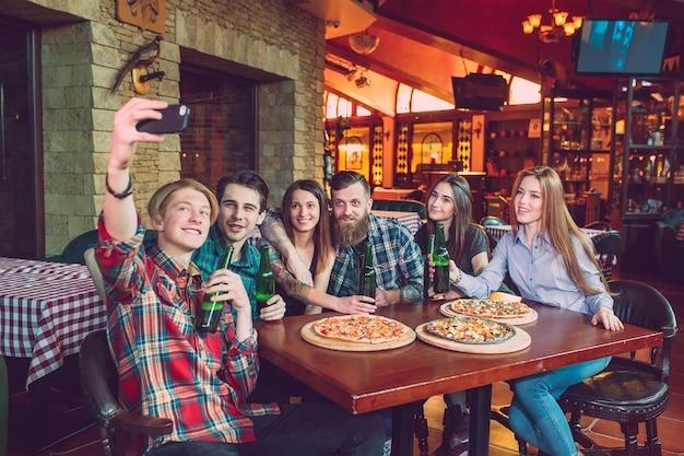 Użyj telefonu komórkowego selfie photo group friends Premium Zdjęcia