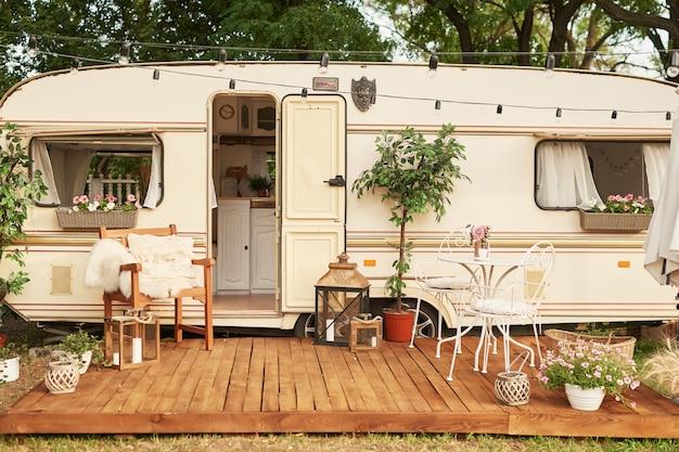 Van Mobile Home Na Zielonej Trawie Latem O Zachodzie Słońca, Dom Na Kółkach Premium Zdjęcia