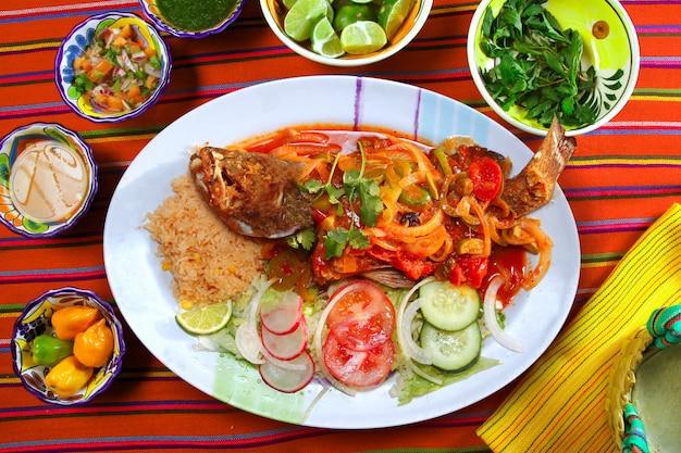 Veracruzana grouper w stylu rybnym meksykańskie chili z owocami morza Premium Zdjęcia