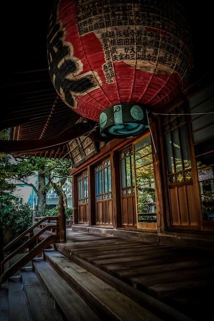 Vertical Strzał Czerwona Lampion Nad Schodkami Blisko Drewnianego Japońskiego Stylu Domu Darmowe Zdjęcia
