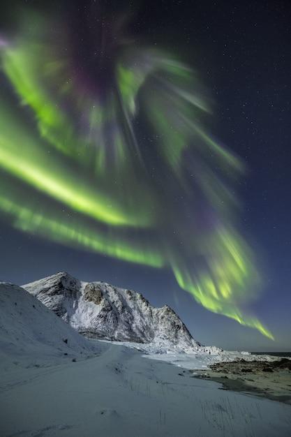 Vertical Strzał śnieg Zakrywał Góry Pod Pięknymi Północnymi światłami Na Niebie Darmowe Zdjęcia