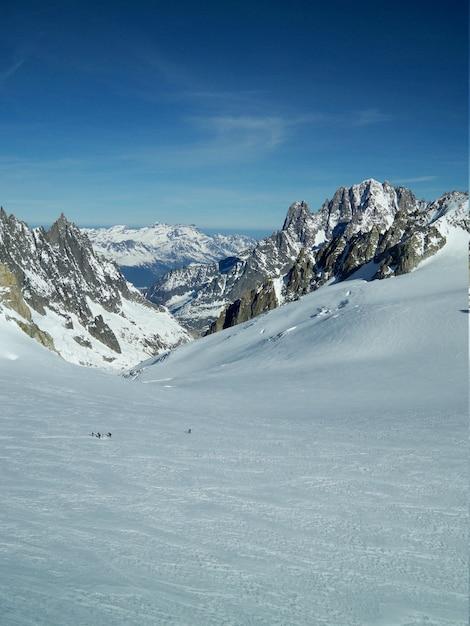 Vertical Strzał śnieżna Sceneria Otaczająca Górami W Mont Blanc Darmowe Zdjęcia