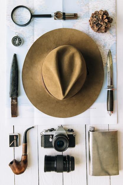 Vintage Akcesoria Podróżnicze Lub Turystyczne Hipster Płaskie Leżał Z Kapeluszem I Aparatem Premium Zdjęcia