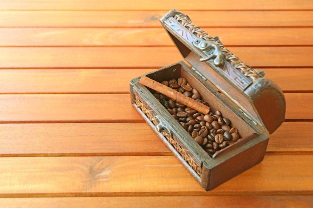 Vintage Drewniana Skrzynka Palonych Ziaren Kawy Z Cynamonem Na Drewnianym Stole Premium Zdjęcia