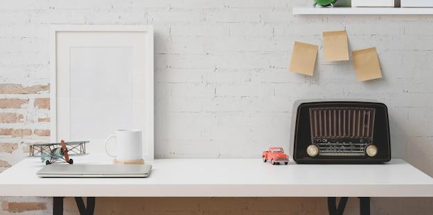 Vintage freelancer w miejscu pracy i retro radio w stylu retro Premium Zdjęcia