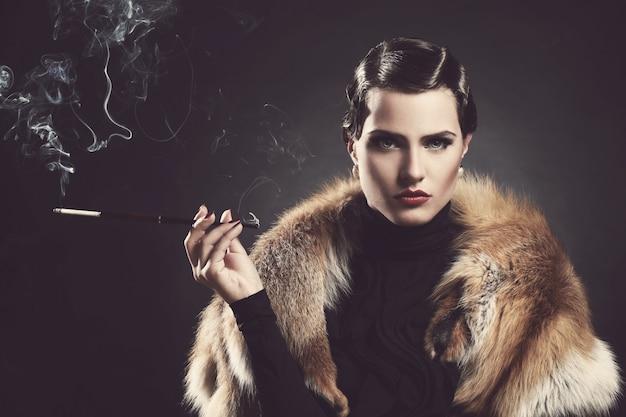 Vintage, Stary. Piękna Kobieta Z Papierosem Darmowe Zdjęcia