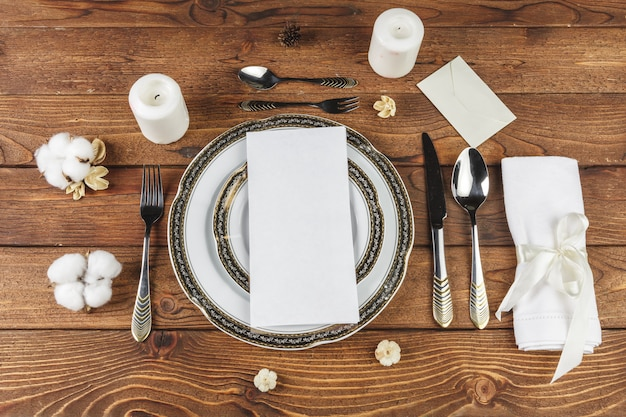 Vintage ustawienie tabeli na drewnianym stole z kwiatowym wystrojem Premium Zdjęcia