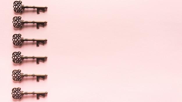 Vintage wzór kluczy na różowym tle Darmowe Zdjęcia