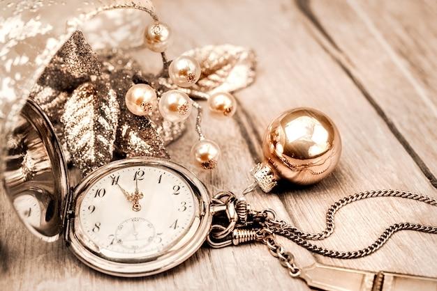 Vintage Zegar Kieszonkowy Pokazuje Pięć Do Dwunastu Szczęśliwego Nowego Roku! Premium Zdjęcia