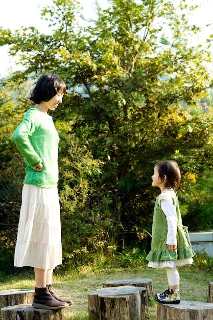 W Ciepłe Popołudnie Moja Matka I Córka Dobrze Się Bawią. Premium Zdjęcia