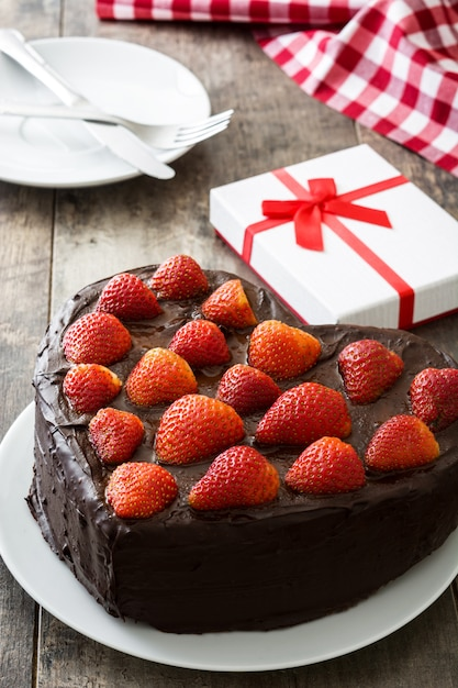 W Kształcie Serca Ciasto Na Walentynki Lub Dzień Matki Na Drewniane Tła Premium Zdjęcia