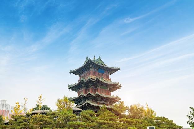 W Parku Znajduje Się Strych Starożytnej Chińskiej Architektury Premium Zdjęcia