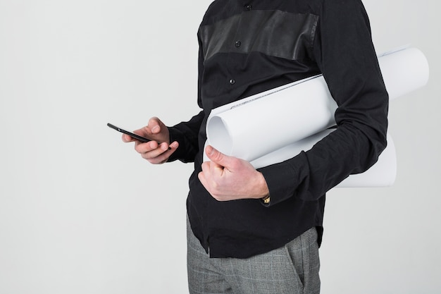 W Połowie Sekcja Męski Architekta Mienia Projekt Używać Telefon Komórkowego Darmowe Zdjęcia