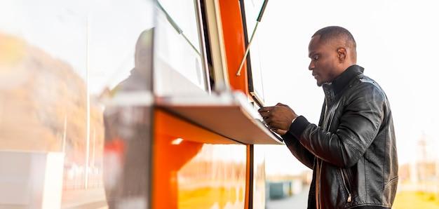 W Połowie Strzał Czarny Mężczyzna Składający Zamówienie W Food Truck Darmowe Zdjęcia