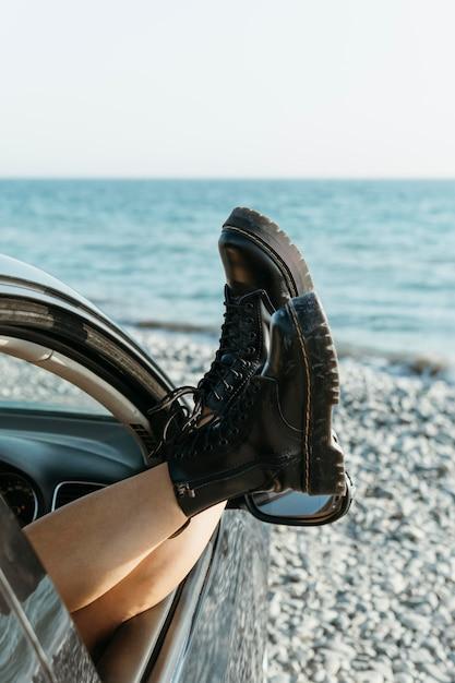 W Połowie Strzał Kobiety Nogi Przez Okno Samochodu W Pobliżu Morza Darmowe Zdjęcia