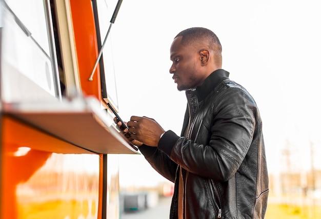 W Połowie Strzał Murzyn Składający Zamówienie W Food Trucku Darmowe Zdjęcia