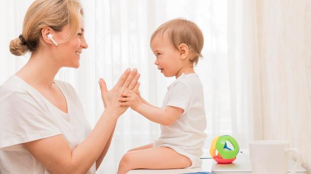W Połowie Strzału Matka I Dziecko Patrzą Na Siebie Darmowe Zdjęcia