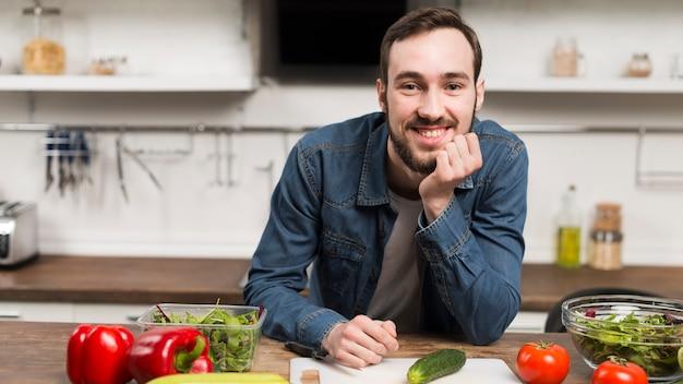 W Połowie Strzału Męski Ono Uśmiecha Się W Kuchni Darmowe Zdjęcia
