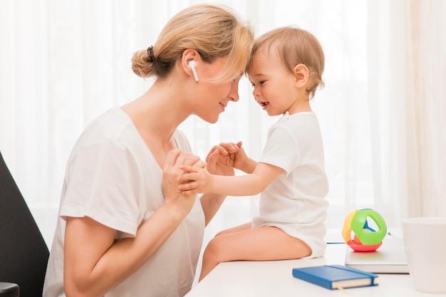 W Połowie Strzału Szczęśliwa Matka I Dziecko Darmowe Zdjęcia