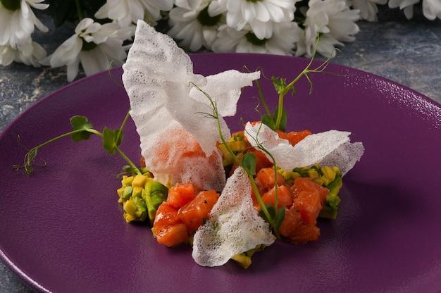 W Restauracji Smaczny Tatar Z Awokado I łososia Premium Zdjęcia