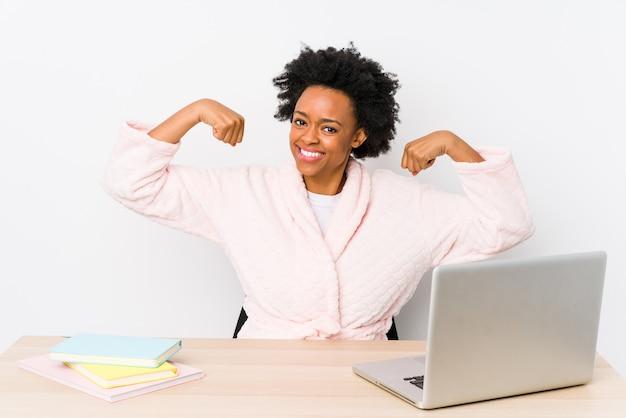 W średnim Wieku Amerykanin Afrykańskiego Pochodzenia Kobieta Pracuje W Domu Pokazywać Siła Gest Z Rękami Premium Zdjęcia