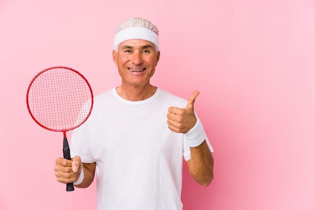 W średnim Wieku Mężczyzna Bawić Się Badminton Odizolowywał Uśmiecha Się Kciuk Up I Podnosi Premium Zdjęcia