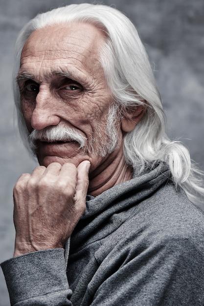 W Wieku Siwy Kaukaski Emerytowany Mężczyzna Myśli O życiu. Premium Zdjęcia
