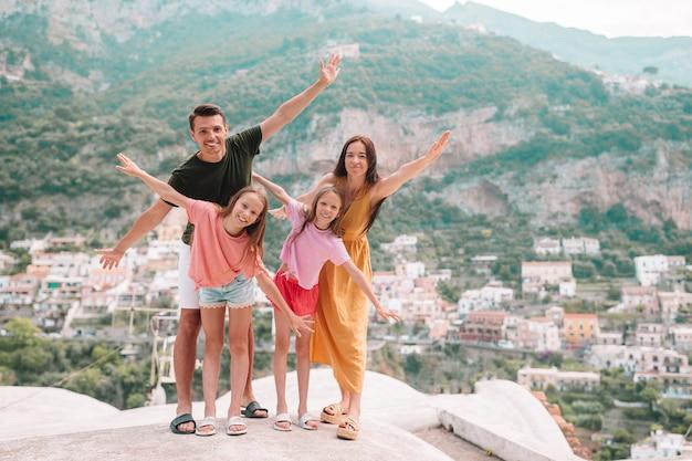Wakacje We Włoszech. Młoda Kobieta W Positano Wiosce Na Tle, Amalfi Wybrzeże, Włochy Premium Zdjęcia