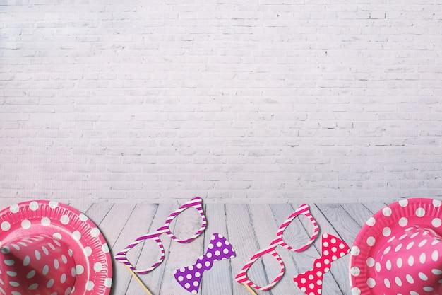 Wakacyjna rama lub tło z papierowymi naczyniami i śmiesznymi szkłami, krawat. płaski układ. kartkę z życzeniami urodzinowymi lub imprezowymi Premium Zdjęcia