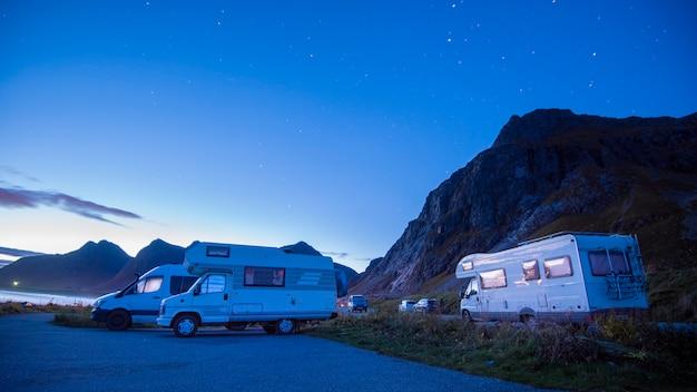 Wakacyjna Wycieczka W Kamperze, Samochód Kempingowy Urlop W Pięknej Przyrody Norwegii Premium Zdjęcia