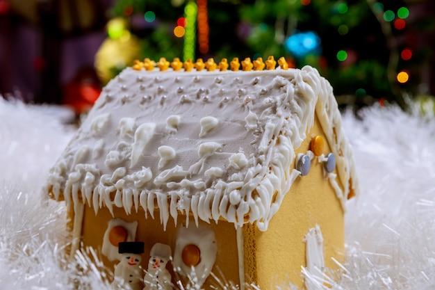 Wakacyjny Piernikowy Dom W śniegu I Choince Premium Zdjęcia
