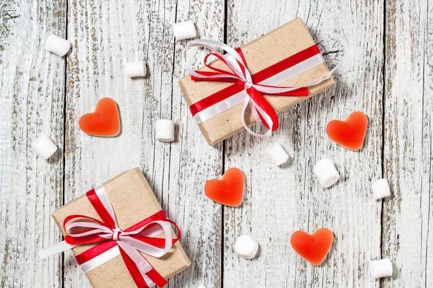 Walentynki-dzień Cukierków Serca Pianki I Pudełko Prezentów W Papierze Rzemiosła Na Białym Tle Drewnianych Premium Zdjęcia