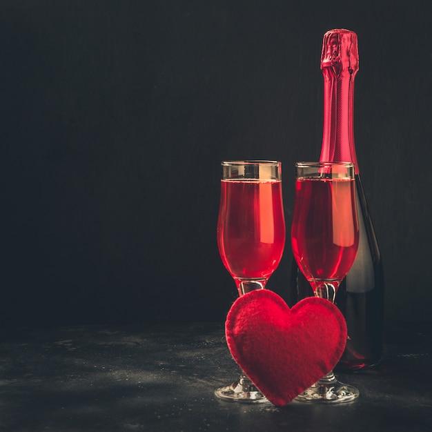 Walentynki I Urodziny Kartkę Z życzeniami Z Szampanem I Sercem Na Czarno. Premium Zdjęcia