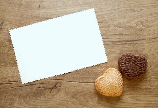 Walentynki Kartkę Z życzeniami Z Dwoma Pieczonymi Ciasteczkami W Kształcie Serca Na Podłoże Drewniane. Premium Zdjęcia